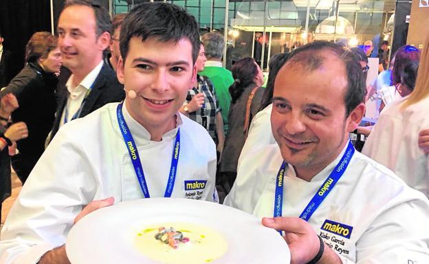 El estudiante del Centro de Cualificación Turística (CCT) Antonio Reyes y el chef Kisko García, con el plato ganador del concurso 'Escoge tu pinche', ayer./S. G.