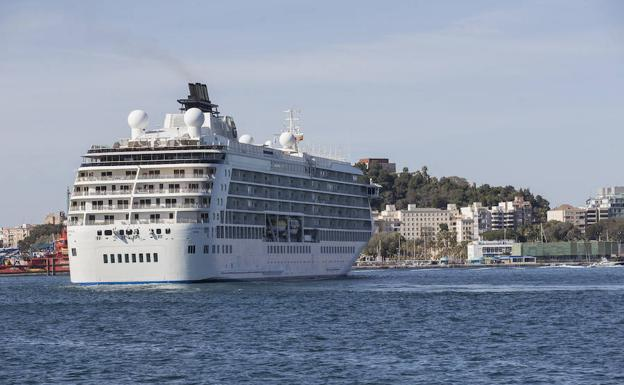 El crucero 'The World' atraca en Cartagena.