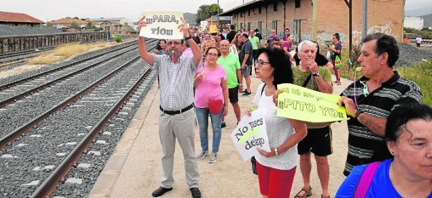 Los vecinos durante la protesta que hicieron en la estación para exigir el tren híbrido el pasado mes. / A. G.