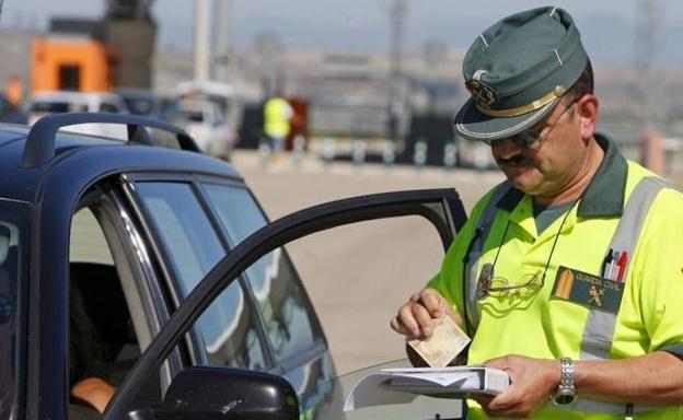 Un agente de la Guardia Civil con un conductor en un control./LV