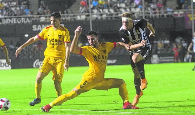 171ea2c0de2d4 Carlos Moreno intenta taponar el remate de Aketxe