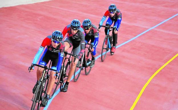 Prueba celebrada el domingo en el velódromo de Molina; arriba, a la derecha, estado de la pista en 1990. / Federación de Ciclismo / m. b.