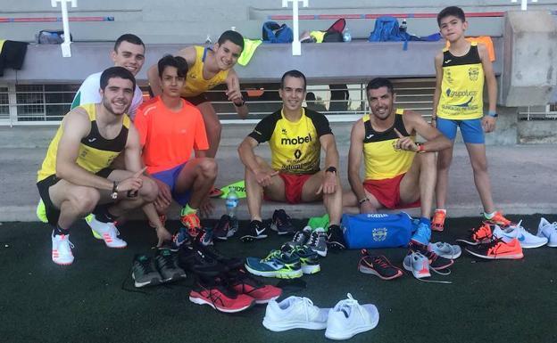 Corredores del Grupo Alcaraz posan con sus zapatillas./LV