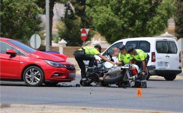 Varios agentes de la Guardia Civil levantan la motocicleta tras la colisión con el vehículo./Jaime Insa / AGM