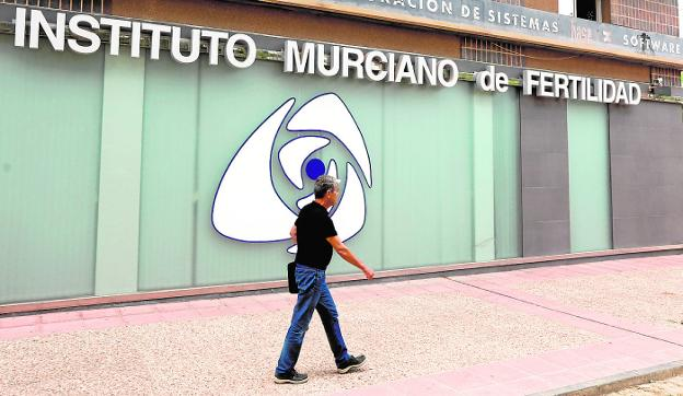 El Instituto Murciano de Fertilidad, ayer, sin señales de actividad. / edu botella / agm
