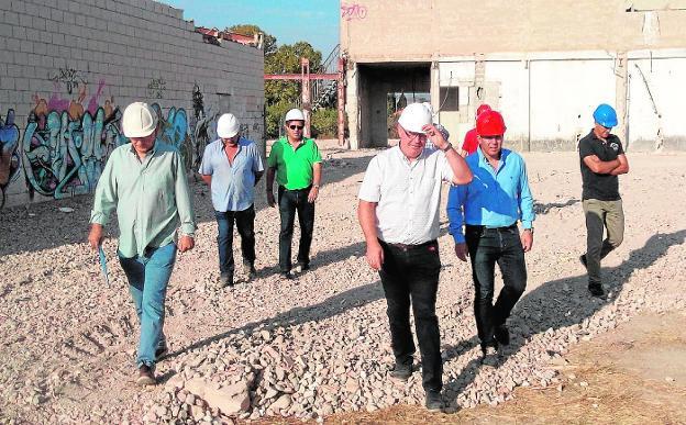 Visita de las autoridades municipales y los empresarios a los terrenos de la nave. / j. l.p-