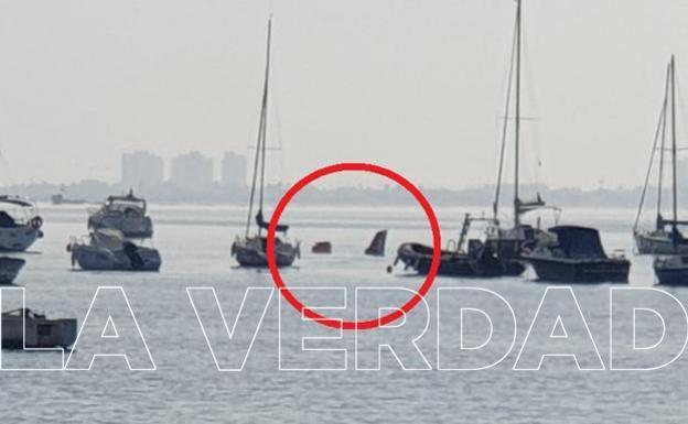 Embarcaciones junto al avión estrellado este miércoles.