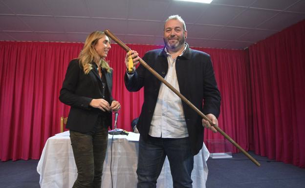El pedáneo de Aljucer, Eugenio Vélez, anoche, tras recibir el bastón de mando.