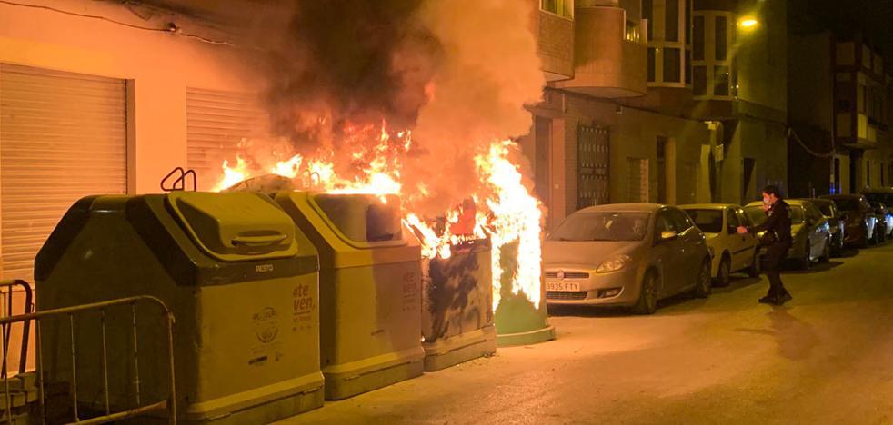 El incendio intencionado de varios contenedores obliga a...