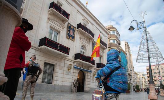 La Plaza de San Sebastián, con una mujer esperando el desfile./Antonio Gil/ aGM