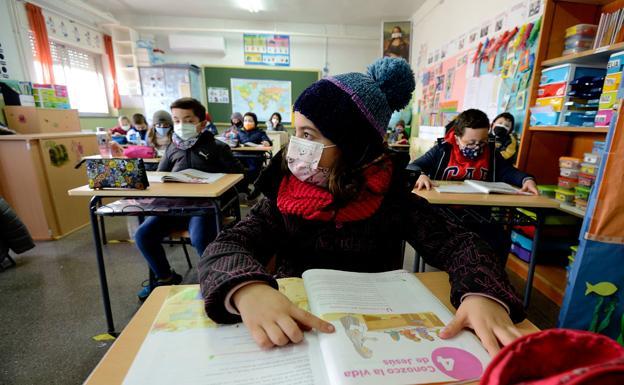 Students from the Nuestra Señora de los Ángeles school in El Esparragal, yesterday, very warm in their classroom