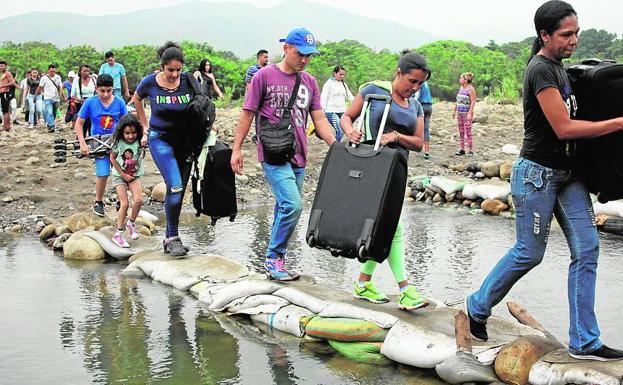 La gente cruzando a través del río Táchira en la frontera entre Colombia y Venezuela, visto desde las afueras de Cúcuta, Colombia, en marzo de 2019.