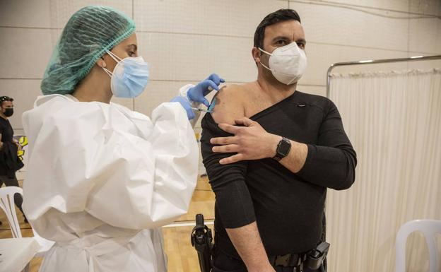 Un policía recibe la vacuna en Cartagena, en febrero. / J. M. RODRÍGUEZ