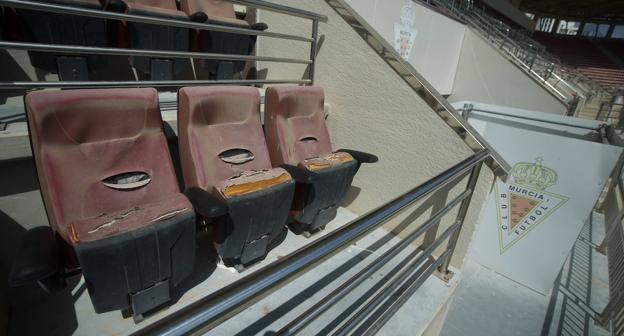 Estado que presentan algunos sillones del palco.