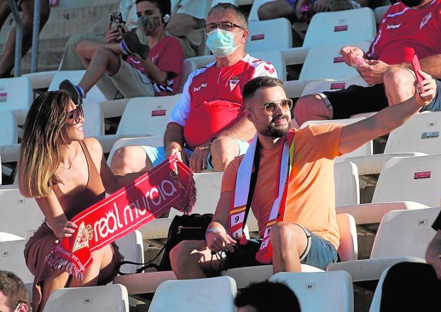 Dos aficionados del Real Murcia se hacen un selfi en el choque del pasado domingo en el Enrique Roca. / NACHO GARCÍA / AGM