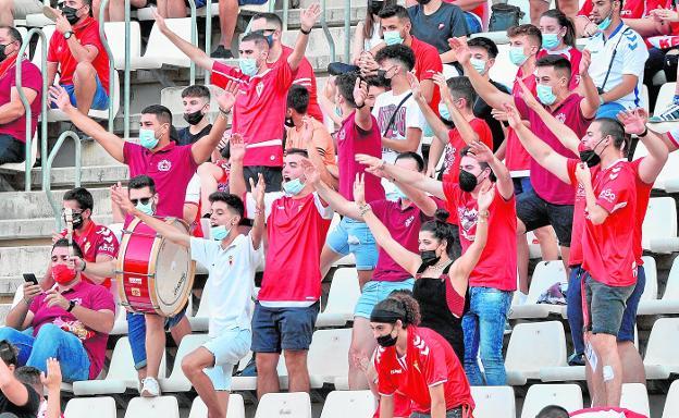 Aficionados del Real Murcia celebran en el estadio Enrique Roca un gol de su equipo ante el Intercity, el domingo. / VICENTE VICÉNS / AGM