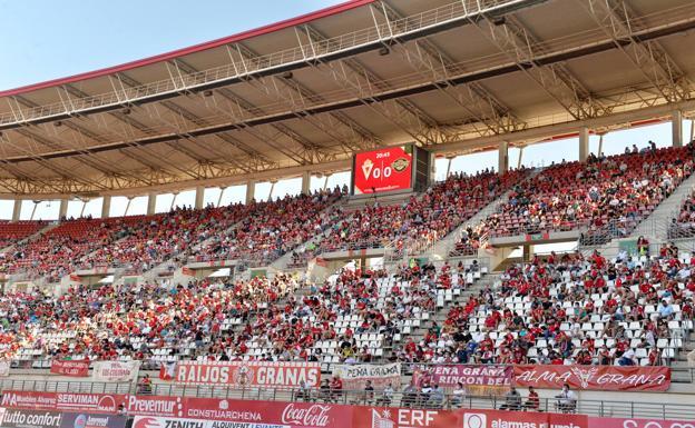 Grada del Enrique Roca en un partido del Real Murcia.