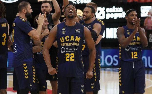 Los jugadores del UCAM celebran la victoria.