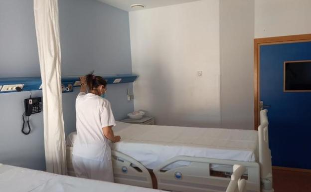 Una enfermera en una de las nuevas habitaciones del hospital. /CARM