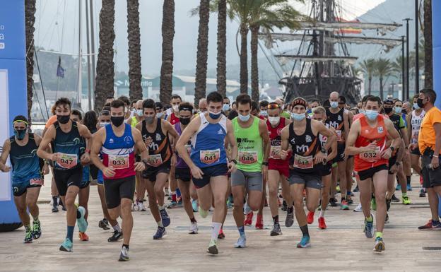 Los corredores tomando la salida desde la dársena del muelle de Cartagena, este sábado.