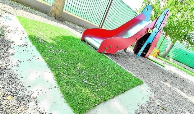 La renovación en la zona infantil del colegio La Arboleja se ejecutó con un contrato en el límite presupuestario. / J. CARRIÓN / AGM