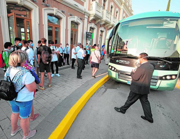 Viajeros en la estación del Carmen, antes de subir a los autobuses contratados por Renfe. / JAVIER CARRIÓN / AGM