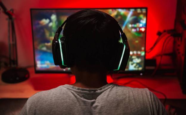 Un joven juega con su ordenador, en una foto de archivo./fotolia