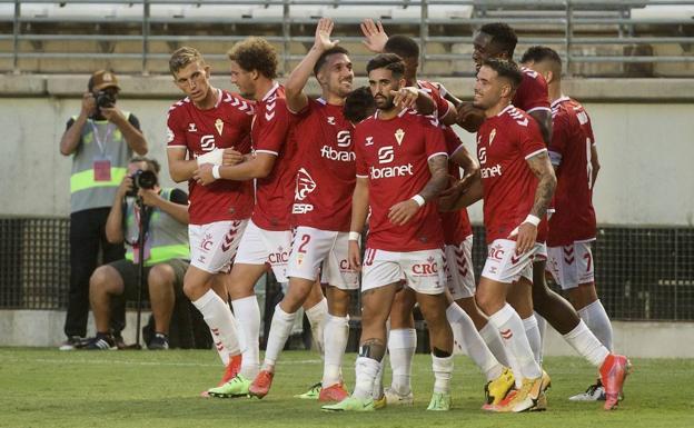 Los jugadores del Real Murcia celebran el gol de la victoria.