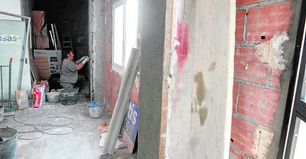 Obras de acondicionamiento de un bajo en el barrio de La Viña para el ropero de Cáritas. / JAIME INSA / AGM