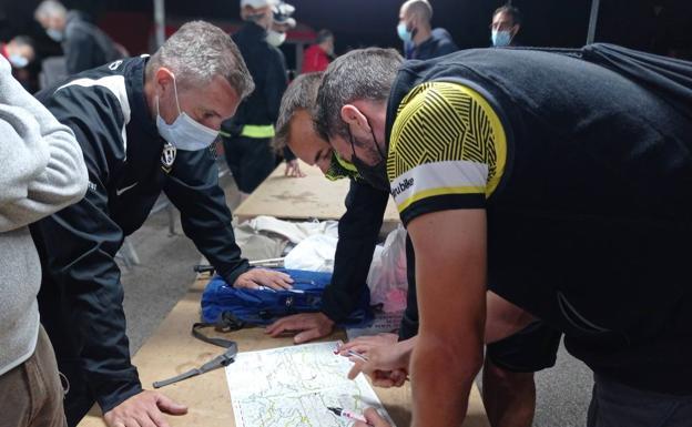 Uno de los equipos observa la ruta./J. Guadalentín