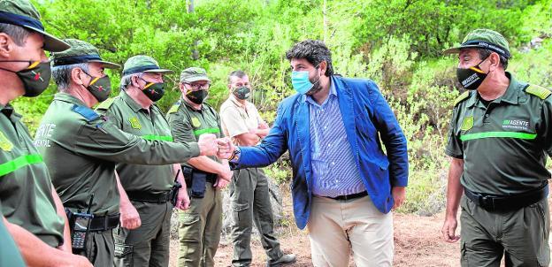 El presidente, Fernando López Miras, saluda a los agentes medioambientales a su llegada al Centro de Visitantes Ricardo Codorníu.