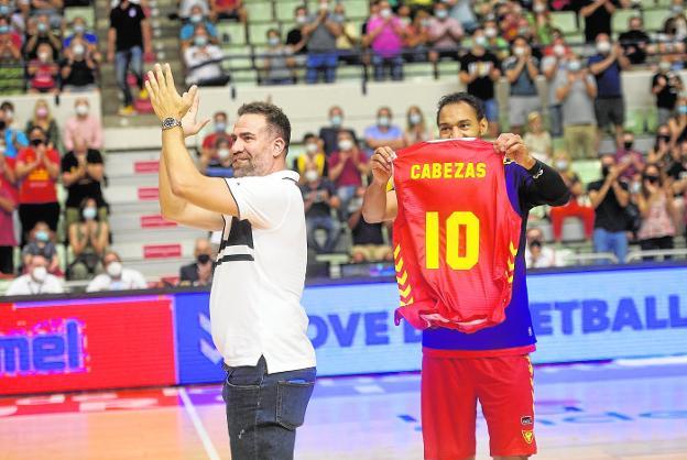 Carlos Cabezas devuelve los aplausos al público, el pasado sábado en el Palacio de los Deportes de Murcia.