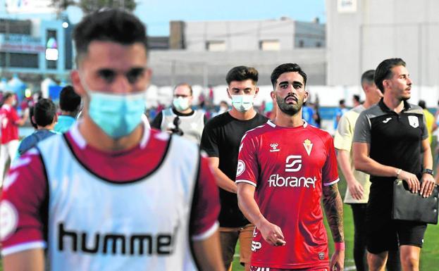 Los jugadores del Real Murcia se retiran tras perder hace quince días en el Pitín.