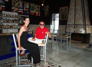 Cuqui y la artista francesa Marianne Batlle, junto a la barra de La Chabola Bar Pijo. ::                             A. S./