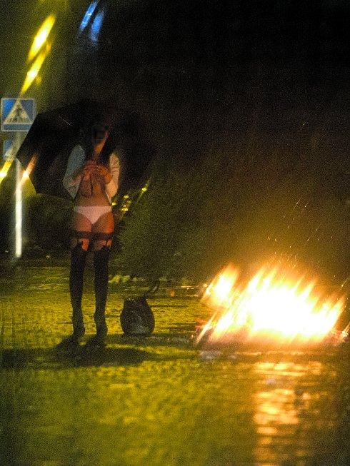 Prostitución y feminismo prostitutas trabajando en la calle